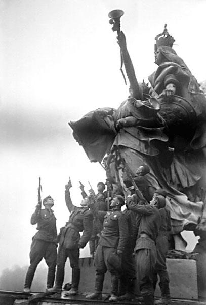 На крыше рейхстага бойцы салютуют из личного оружия..jpg